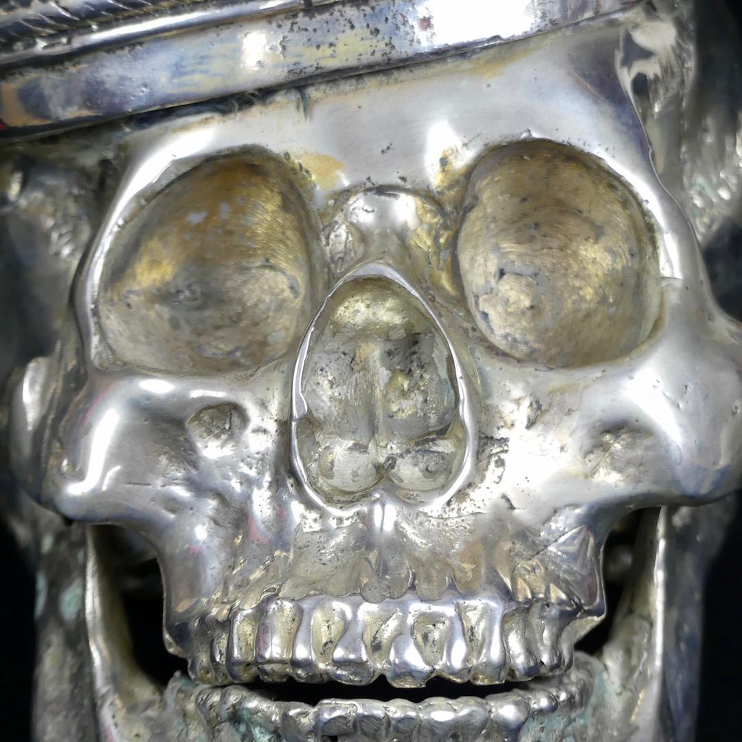 Crâne couronné (détail)