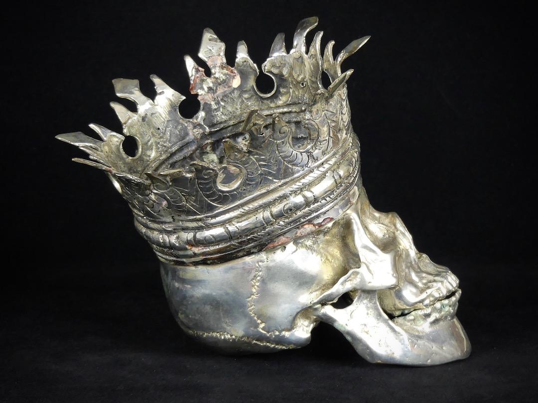 Crâne couronné (profil)