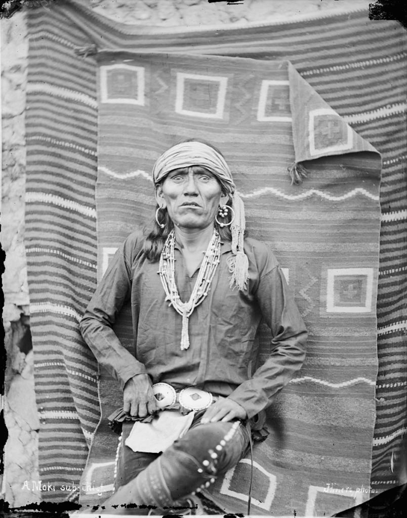 Homme Hopi sous-chef Moki en costume traditionnel avec ceinture et ornements. Hillers-1879