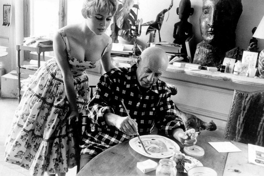 Picasso dans son atelier en compagnie de Brigitte Bardot (© Jerome Brierre)
