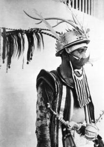 Un homme de Nias en tenue militaire (Coll. Tropen Museum Amsterdam)